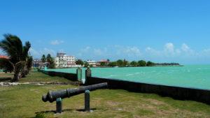 コロザル湾の美しい翠色の海