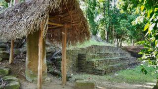 3号建造物の階段と屋根がかけられてオリジナルであることがわかる石碑